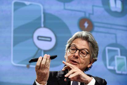 El comisario de Mercado Interior, Thierry Breton, con un móvil en la mano durante la conferencia de prensa para anunciar los planes para un cargador universal.
