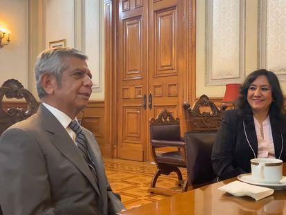 La hasta ahora secretaria de la Función Pública, Irma Eréndira Sandoval, junto a Roberto Salcedo, el nuevo titular, este lunes en Palacio Nacional.