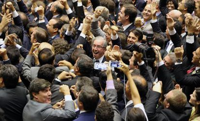 Eduardo Cunha celebra la victoria este domingo.