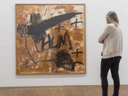 La obra 'Daga', de 1988, con sus dos por dos metros, recibe al visitante en la Tàpies.