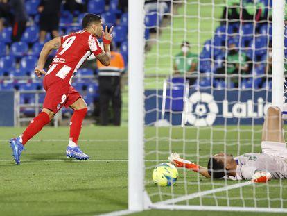 Suárez celebra su primer gol al Getafe en el encuentro celebrado este martes en el Alfonso Pérez.  /REUTERS/Juan Medina