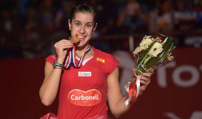 Carolina Marín muerde la medalla de oro del Mundial.