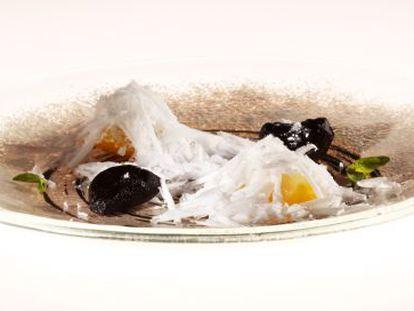 Plato yuzu con virutas de coco y ajo negro del restaurante elBulli.