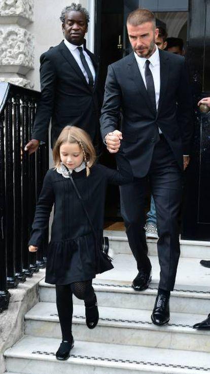 David Beckham y su hija Harper abandonan el desfile de Victoria Beckham en Londres.
