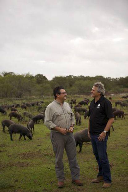 Manuel Murga y Sergio Marsal en su granja en Texas.