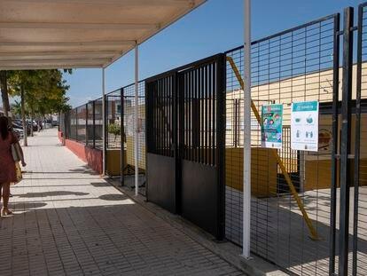 Entrada del colegio Clara Campoamor de Bormujos (Sevilla), este jueves.