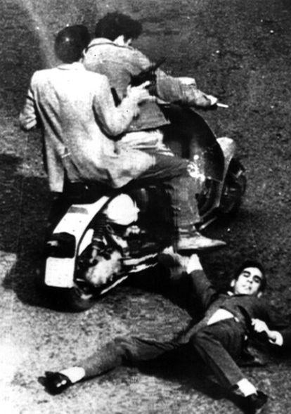 Fotografía captada por un viandante del asesinato del mensajero Alessandro Floris en Génova en 1971 por dos miembros de las Brigadas Rojas.