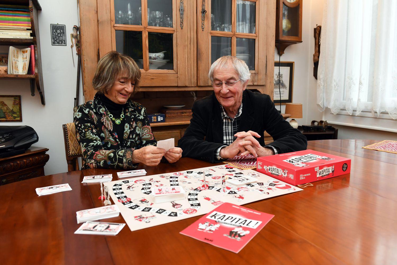 Los sociólogos Michel y Monique Pinçon-Charlot, con el juego de mesa que han creado.