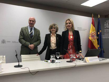 La ministra de Sanidad, María Luisa Carcedo, entre el secretario general de Sanidad, Faustino Blanco, y la directora de la ONT, Beatriz Bomínguez-Gil, antes de la rueda de prensa de esta mañana.