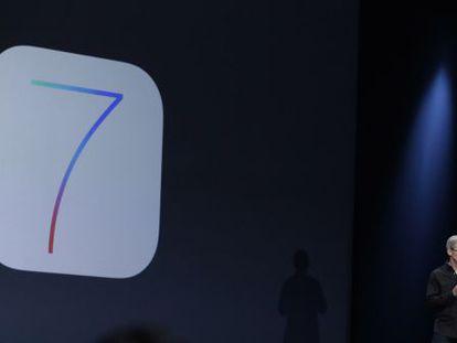 Tim Cook presenta iOS 7 para iPhone e iPad.