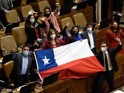 Diputados chilenos celebran en el recinto del Congreso la aprobación de la ley que permite el retiro anticipado del 10% de los fondos del sistema privado de pensiones, el 23 de julio.