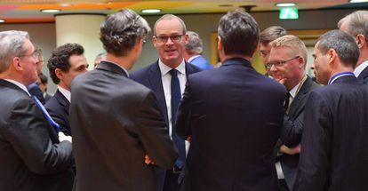 El ministro irlandés de Exteriores, Simon Coveney (centro), en la Comisión Europea en Bruselas, este martes.