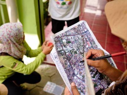 En los tortuosos callejones de Kricak, los colaboradores tiene que preguntar continuamente por la dirección.