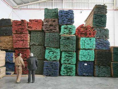 Madera apilada en el interior de una fábrica de puertas de Villacañas.