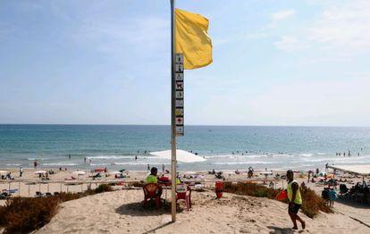La playa Larga de Salou, ayer con bandera amarilla.