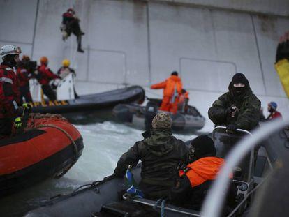 Activistas de Greepeace intentaron asaltar la plataforma petrolífera Prirazlomnaya de Gazprom en Ártico.