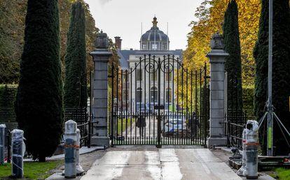 El palacio Huis ten Bosch y los bolardos que han instalado durante su remodelación.