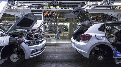 Inyección de líquidos —como el limpiaparabrisas o el anticongelante— en la fase final de fabricación de un coche.