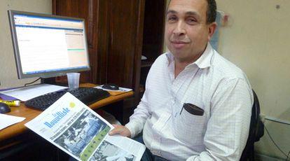 Max Chauvet, director y copropietario de 'Le Nouvelliste', muestra un ejemplar del periódico.