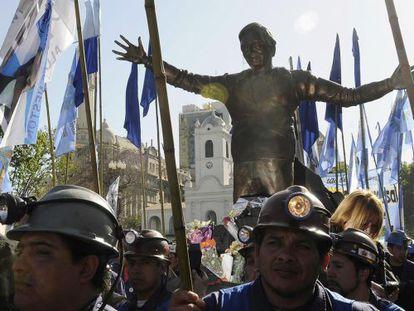 Un grupode mineros saca en procesión en Buenos Aires una estatua de Néstor Kirchner.