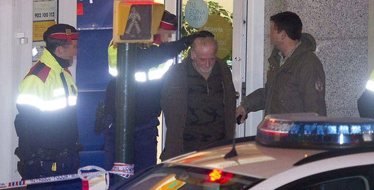 Pere Puig Pint, el albañil que ha matado a cuatro personas en Olot, llega al escenario del crimen escoltado por 'mossos' para la reconstrucción de los hechos.