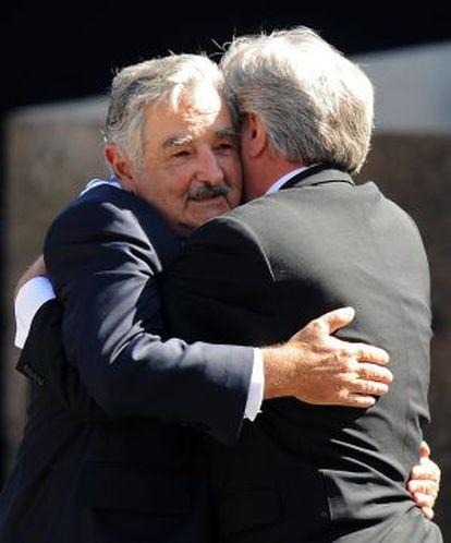 Mujica abraza a Tabaré Vázquez.
