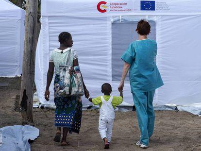 Una cooperante, a la derecha, en el hospital portátil del proyecto Start de la Cooperación Española, en Mozambique.