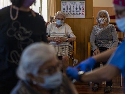 Vacunación en una residencia de Barcelona, el pasado febrero.