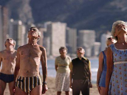 Un grupo de mayores hace gimnasia en una playa de Benidorm.