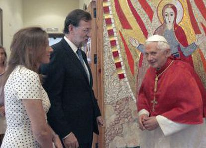 Rajoy presenta al PP a su mujer Elevira.