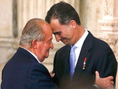 Don Juan Carlos abraza a su hijo el día de la ceremonia de su abdicación, el 18 de junio de 2014.