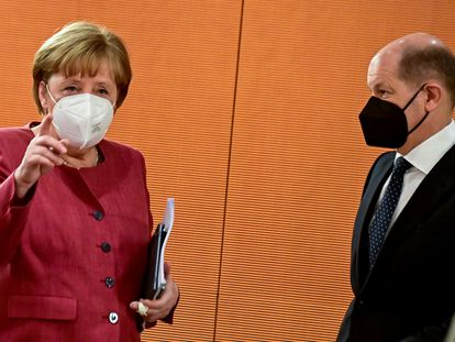 La canciller alemana Angela Merkel junto a Olaf Scholz, ministro de Finanzas.