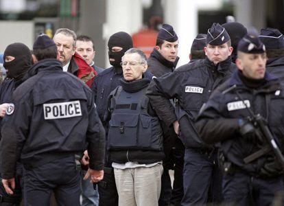 Michel Fourniret, junto a gendarmes franceses en una reconstrucción del crimen de la adolescente Natacha Danais, en marzo de 2006, en Reze (Francia).