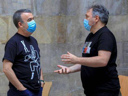 El escritor madrileño Lorenzo Silva (i) y el barcelonés Carlos Zanón (d) en la Semana Negra.