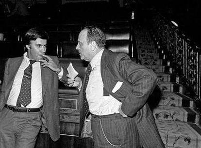 Felipe González, a la izquierda, y Manuel Fraga, en el hemiciclo del Congreso de los Diputados tras las elecciones del 15-J.