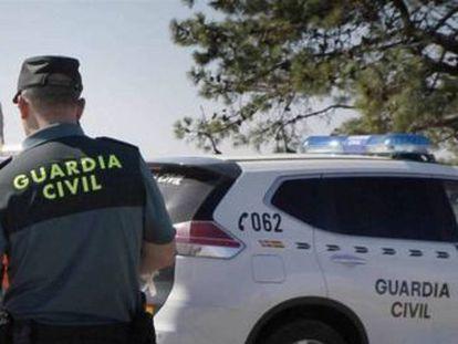 La víctima, que murió por arma blanca, vivía junto a su hijo, de 17 años, en la vivienda del casco urbano de esta localidad del norte de Lugo en la que ocurrieron los hechos