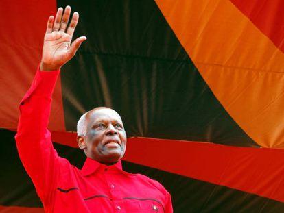 El presidente angoleño Jose Eduardo Dos Santos saluda a sus partidarios, este sábado en Luanda.