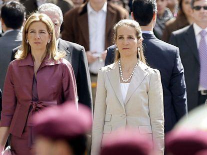 La infanta Cristina, a la izquierda, y la infanta Elena, en una foto de archivo de 2008, en Madrid.