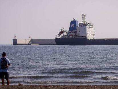 El barco ruso sin dinero para combustible, en el puerto de Motril, Granada.