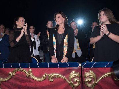La princesa Estefanía de Mónaco con sus hijas Pauline Ducruet (izquierda) y Camile Gottlieb en enero en el Festival del Circo de Montecarlo.
