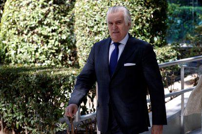 El ex tesorero del PP Luis Bárcenas abandona la sede del Tribunal Nacional el 16 de julio tras declarar ante el juez Santiago Pedraz.