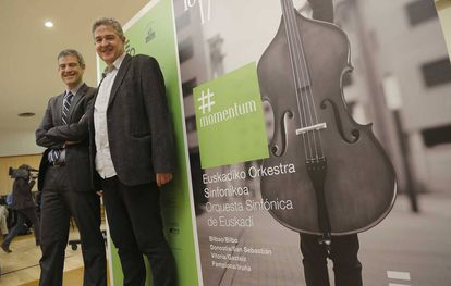 El director general de la Sinfónica de Euskadi, Oriol Roch (izquierda), y el viceconsejero de Cultura, Josena Muñoz, en la presentación de la temporada de abono de la orquesta vasca.