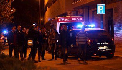 Agentes de policía y vecinos a la puerta del edificio donde vivía la pareja, en la calle Enric Valor de Paterna.