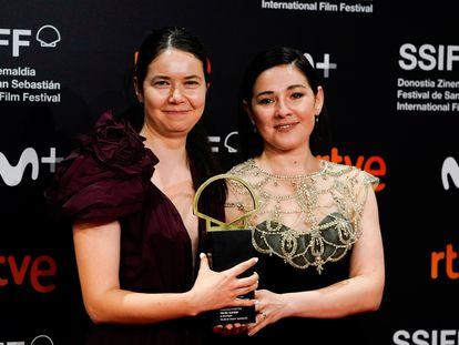La cineasta Alina Grigore y la productora Gabi Suciu posan con la Concha de Oro tras la entrega de premios.