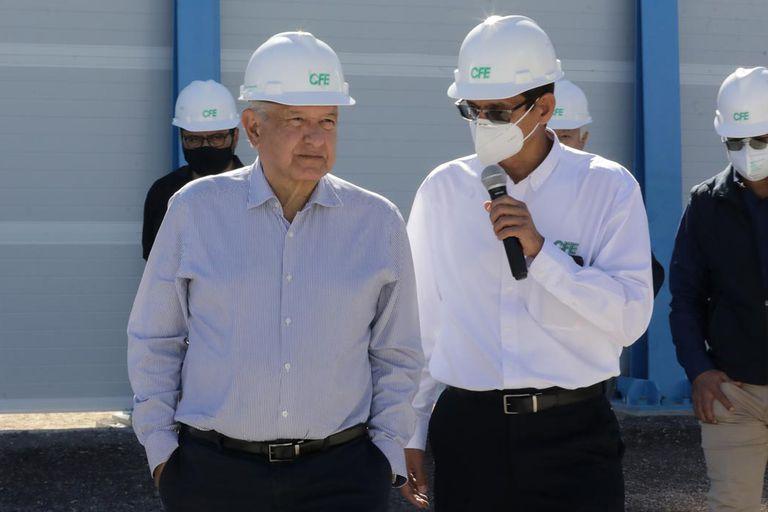 El presidente López Obrador, en unas instalaciones de la CFE en Baja California en febrero.