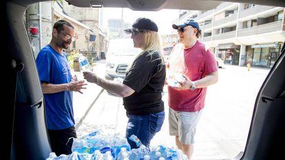 Una mujer reparte botellas de agua en Toronto el pasado 30 de junio durante la ola de calor que afectó al este Canadá.