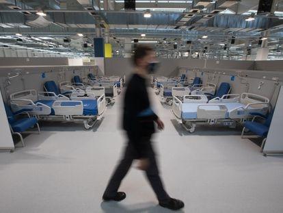 Un trabajador en una de las habitaciones del hospital el día de su inauguración, el 1 de octubre.