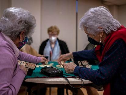 Varias señoras practican un juego de mesa, en una foto de archivo en una residencia de la Comunidad de Madrid.