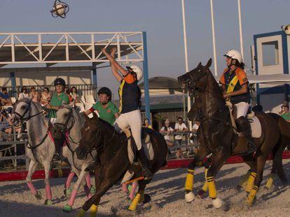 Horseball, una mezcla de baloncesto y rugby a caballo