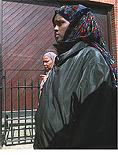 Dos mujeres musulmanas caminan por el barrio londinense de Peckham.